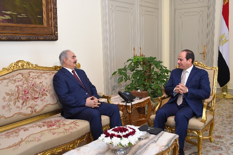 Egyptian President Abdel Fattah al-Sisi (R) meeting with Libyan military strongman Khalifa Haftar in Cairo in May 2017 (AFP)