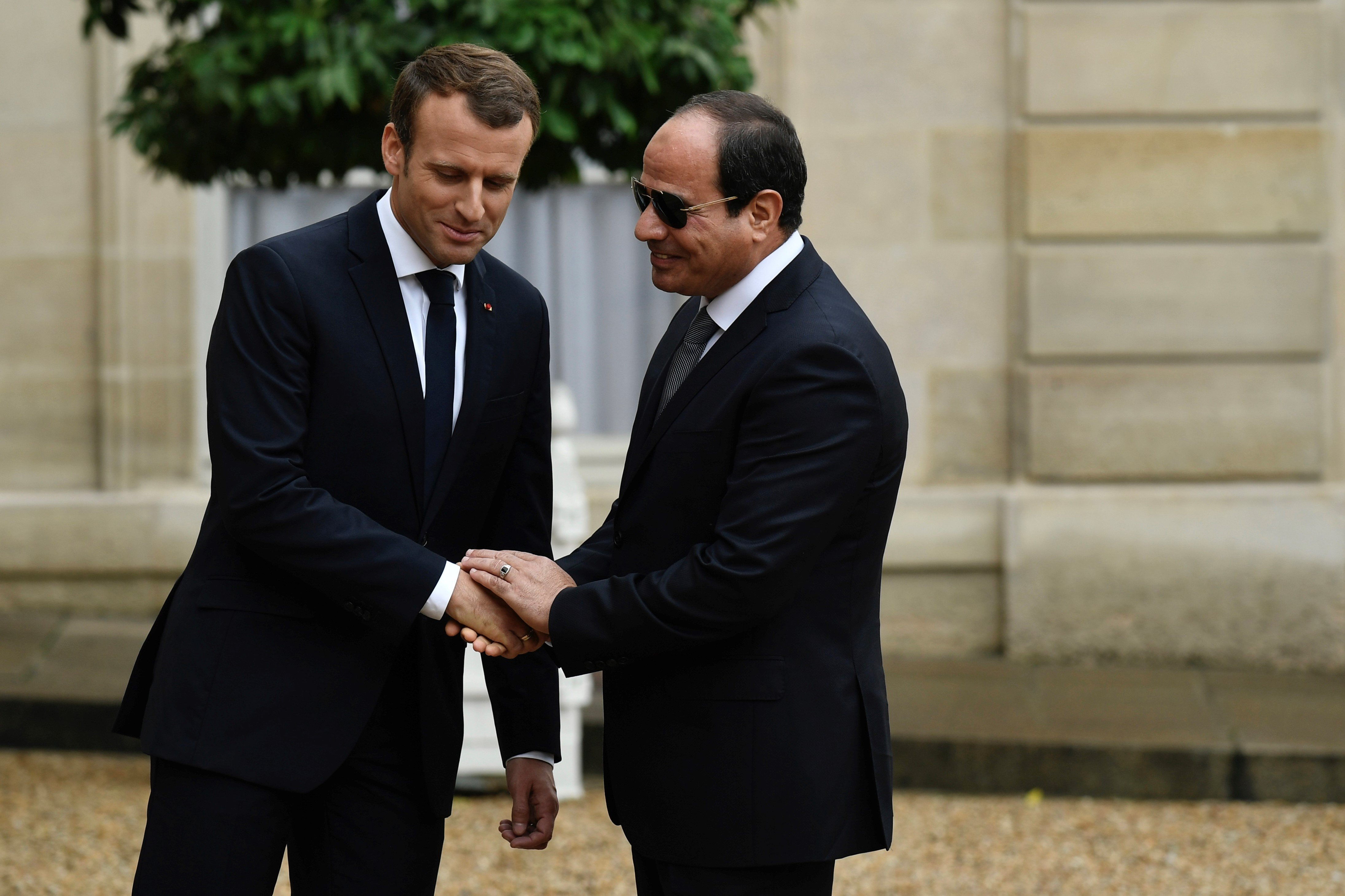 French President Emmanuel Macron (L) shakes hands with Egypt's President Abdel Fattah al-Sisi upon his arrival ahead of talks at the Elysee Palace in Paris, on 24 October, 2017 (AFP)