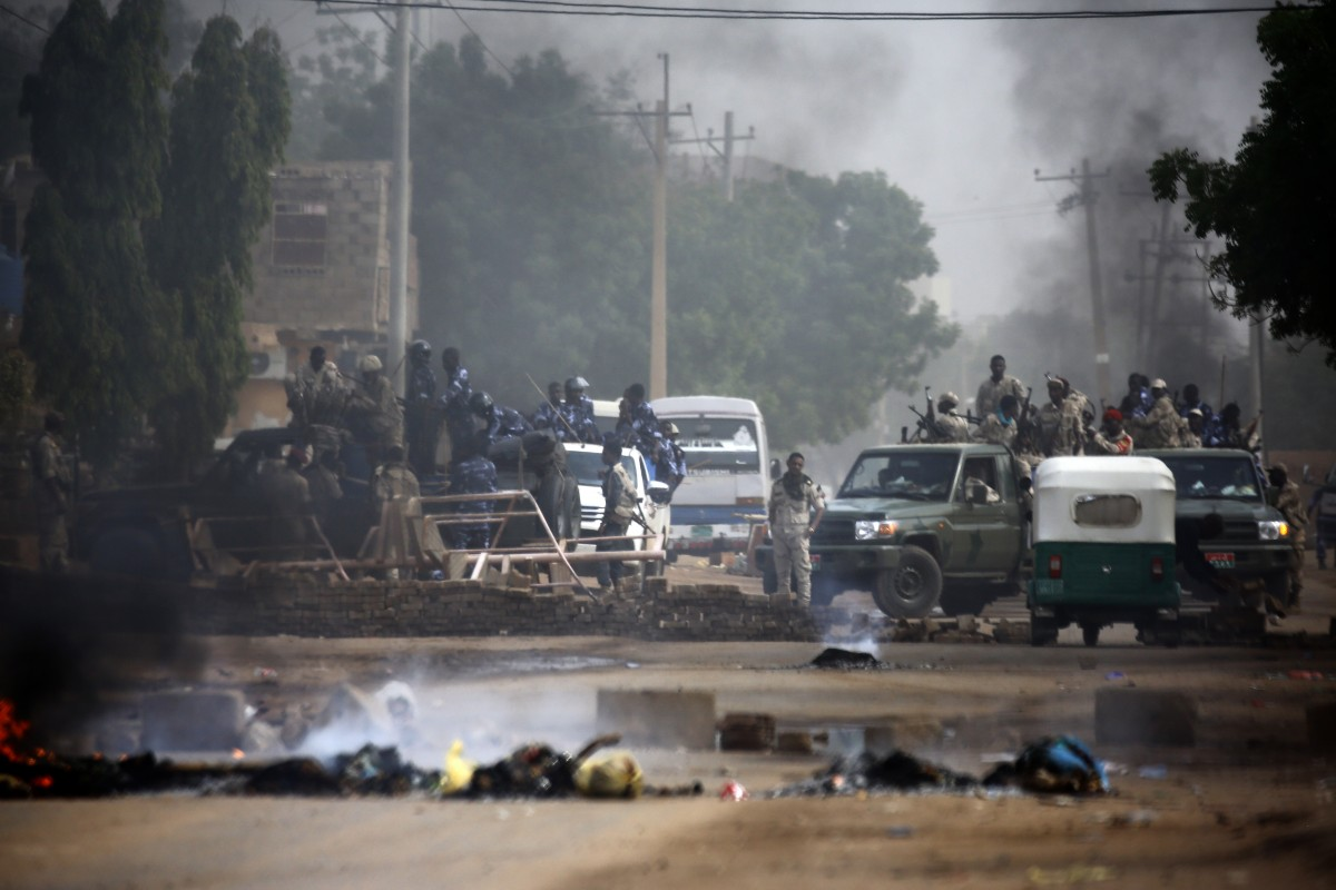 Sudanese forces are deployed around Khartoum's army headquarters on June 3, 2019 as they try to disperse Khartoum's sit-in (AFP)