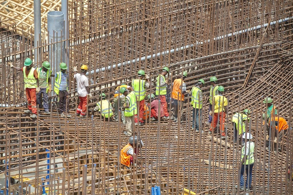 Ethiopian workers building Grand Renaissance Dam on Nile River in 2015 (AFP/file photo)