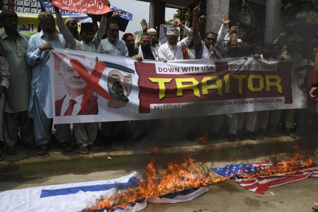 Protesters denounce the Israel-UAE deal in Karachi, Pakistan, on 21 August (AFP)