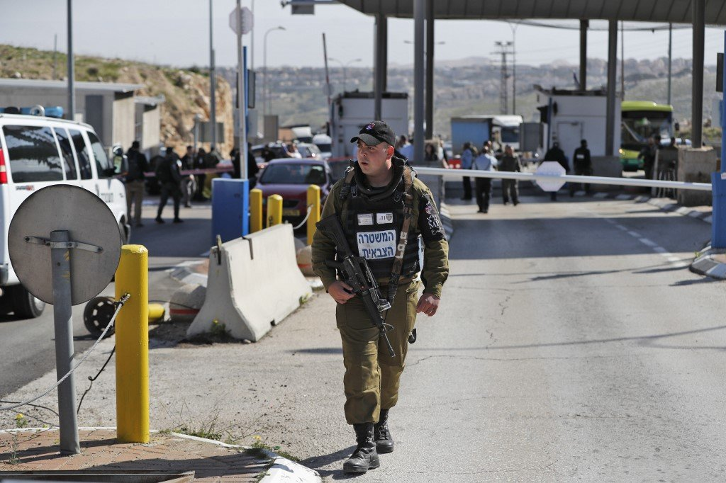 Israeli soldiers patrol al-Zaim checkpoint on the outskirts of Jerusalem on 30 January (AFP)