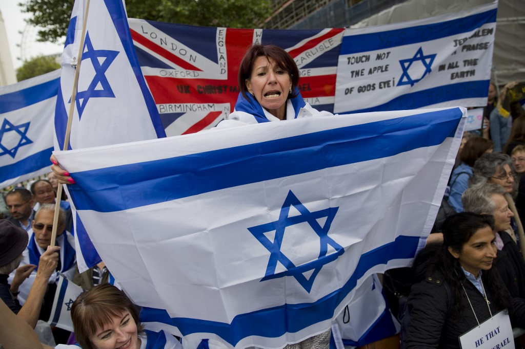 Pro-Israel demonstrators rally in support of a planned visit by Israeli Prime Minister Benjamin Netanyahu in London in 2015 (AFP)