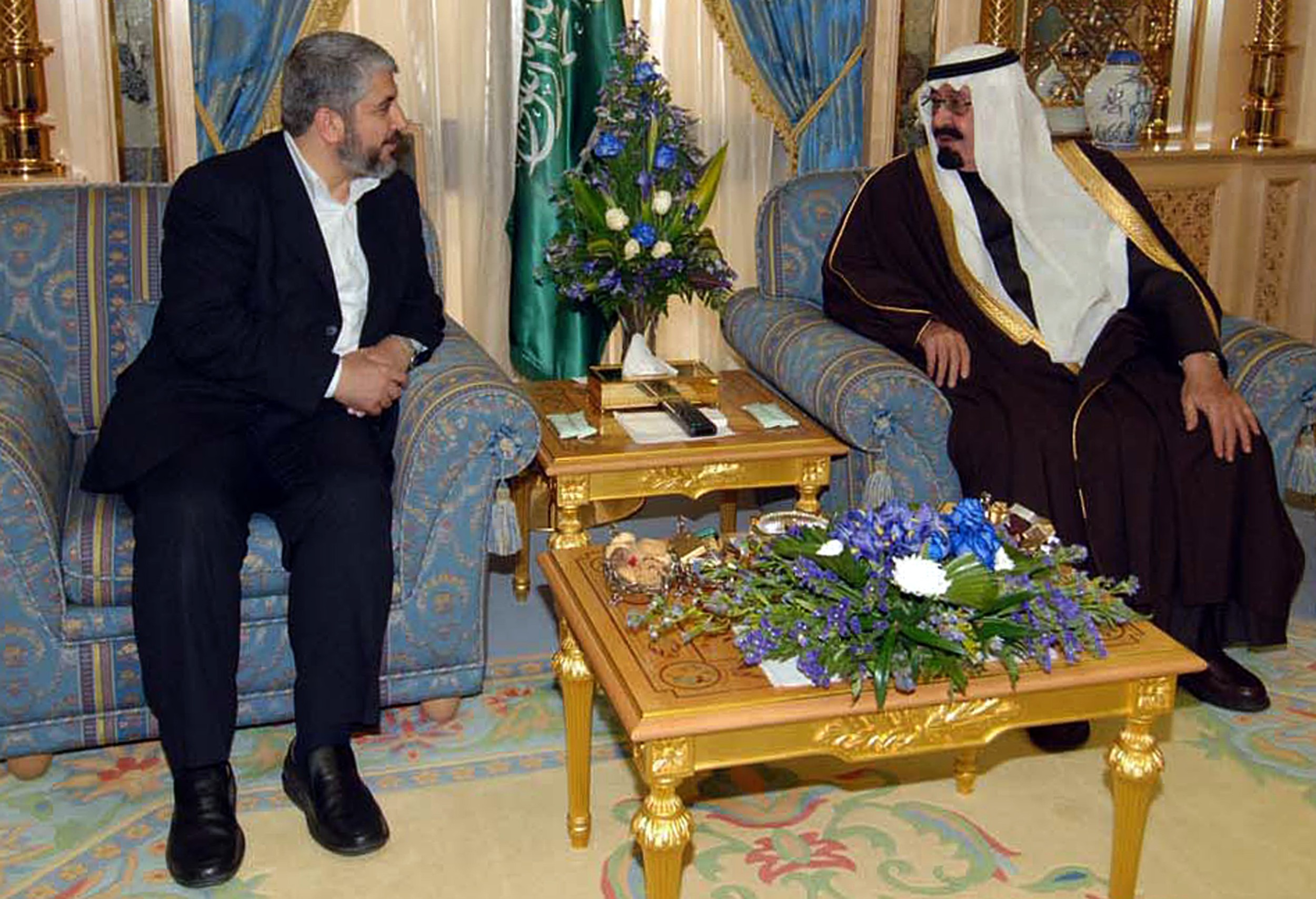 Hamas politiburo chief Khaled Meshaal, left, with Saudi King Abdullah in Riyadh on 20 March 2007 (AFP)