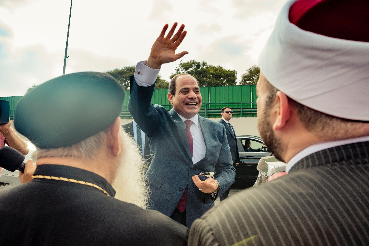 Sisi greeting supporters on his return to Cairo on Friday (Twitter)