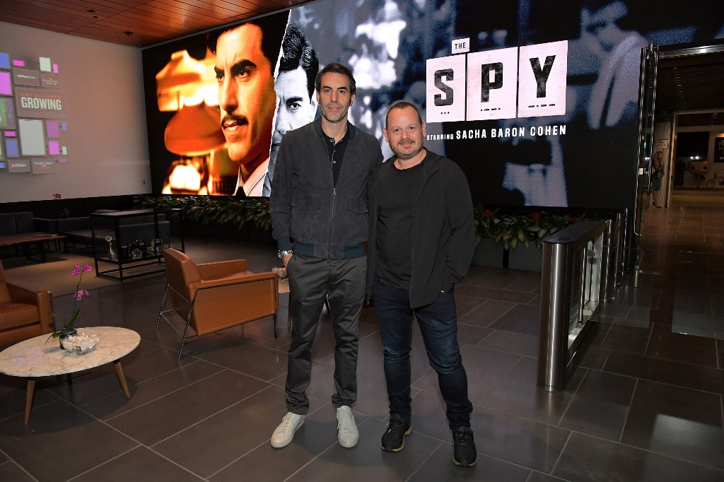 Sacha Baron Cohen et Gideon Raff assistent à une projection de The Spy à Los Angeles, le 5 septembre (AFP)