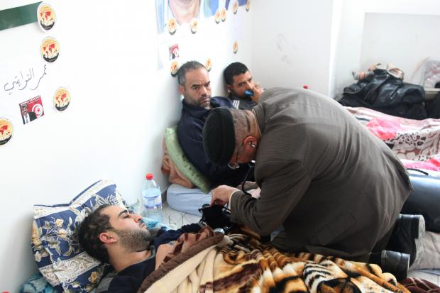 A doctor checks the blood pressure of one hunger striker (MEE/Thessa Lageman)